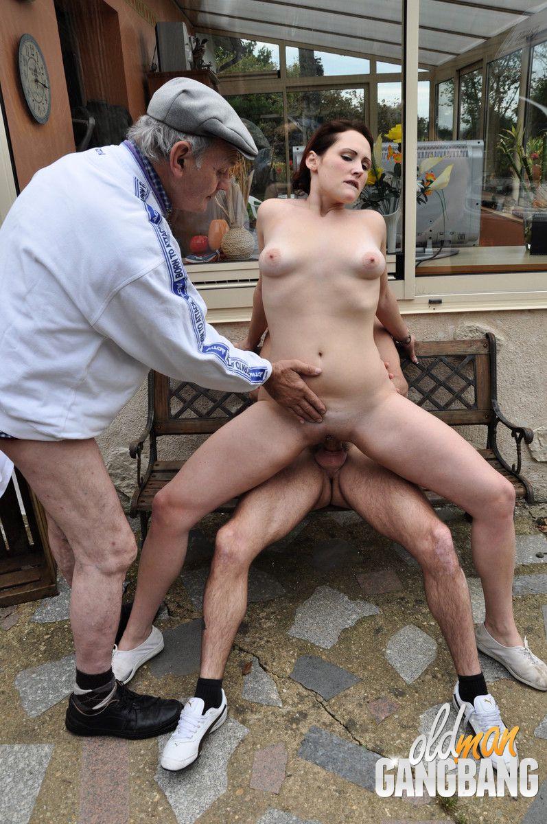 Papy se fait sucer pendant que la mature se fait sodomiser 9